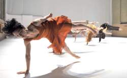 <http://www.fotofisch-berlin.de - Toula Limnaios_10 Jahre Halle, Tanzbuehne_ THE THING I AM